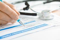 Doutor com formulário de reclamação e o estetoscópio médicos