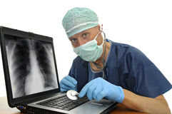 Doutor com lapop fotografia de stock royalty free