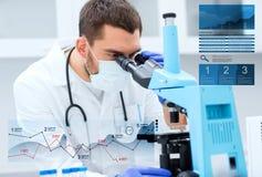 Doutor com o microscópio no laboratório clínico imagens de stock royalty free