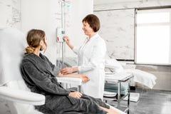 Doutor com o paciente durante o procedimento da purificação do sangue Imagem de Stock Royalty Free