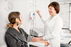 Doutor com o paciente durante o procedimento da purificação do sangue Fotografia de Stock Royalty Free