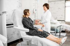 Doutor com o paciente durante o procedimento da purificação do sangue Fotos de Stock Royalty Free