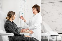Doutor com o paciente durante o procedimento da purificação do sangue Imagem de Stock