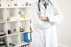 Doutor com os braços cruzados Fotografia de Stock Royalty Free