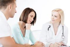 Doutor com os pacientes no armário Imagens de Stock Royalty Free