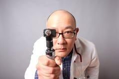 Doutor com otoscope fotografia de stock royalty free