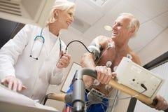 Doutor Com Paciente Escada rolante Fotos de Stock Royalty Free