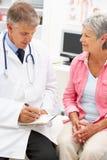 Doutor com paciente fêmea Fotografia de Stock Royalty Free