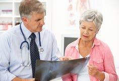 Doutor com paciente fêmea fotografia de stock