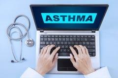 Doutor com palavra da asma no portátil Fotografia de Stock Royalty Free