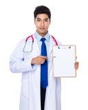 Doutor com ponto de pena à prancheta Imagem de Stock Royalty Free