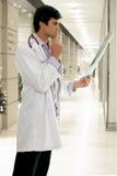 Doutor com raio X médico fotos de stock