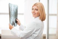 Doutor com raio X Fotos de Stock Royalty Free