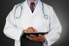 Doutor Com Tabuleta Computador foto de stock