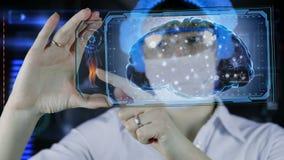 Doutor com a tabuleta futurista da tela do hud Neurônios, impulsos do cérebro Conceito médico do futuro filme