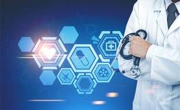 Doutor com um estetoscópio, ícones médicos Imagens de Stock