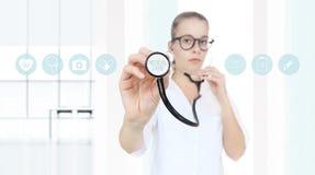 Doutor com um estetoscópio nas mãos e nos ícones médicos Foto de Stock