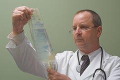 Doutor com um IV imagem de stock