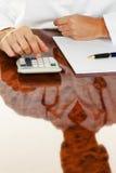 Doutor com uma calculadora. Prática médica do cálculo de gastos Imagens de Stock
