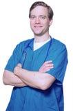 Doutor considerável que sorri com os braços cruzados Fotografia de Stock