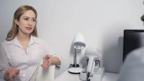 Doutor consideravelmente fêmea que fala com colega filme