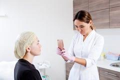 Doutor-cosmetologist azian da mulher imagens de stock