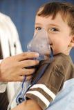 Doutor, criança, máscara do inalador para respirar, imagens de stock royalty free