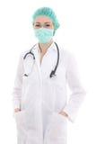 Doutor da jovem mulher na máscara e no tampão isolados no branco imagem de stock royalty free