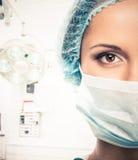 Doutor da jovem mulher no tampão e na máscara protetora Imagens de Stock Royalty Free