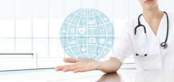 Doutor da mão com ícones médicos Fotografia de Stock Royalty Free