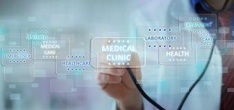 Doutor da medicina que trabalha com ícones médicos modernos Fotos de Stock