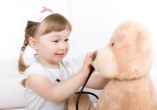 Doutor da menina com urso de peluche Fotos de Stock Royalty Free