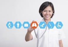 Doutor da mulher com saúde da verificação do estetoscópio à disposição e médico Imagem de Stock