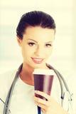 Doutor da mulher com um café imagens de stock