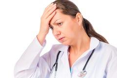 Doutor da mulher com uma dor de cabeça foto de stock