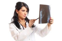 Doutor da mulher da medicina com raio X fotografia de stock royalty free