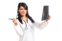 Doutor da mulher da medicina com raio X fotos de stock royalty free