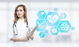 Doutor da mulher e ícones médicos azuis Fotos de Stock Royalty Free