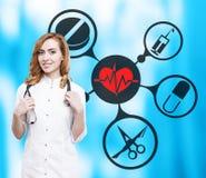 Doutor da mulher e ícones médicos no azul Imagem de Stock