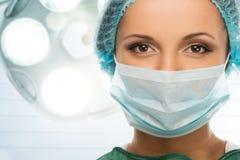 Doutor da mulher na máscara protetora fotos de stock