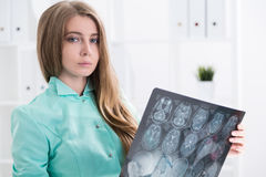 Doutor da mulher que guarda a imagem do raio de x Fotografia de Stock