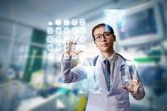 Doutor da mulher que guarda a mão no tela táctil imagens de stock royalty free