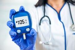 Doutor da mulher que guarda o glucometer Imagem de Stock Royalty Free