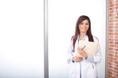 Doutor da mulher que prende uma carta Fotografia de Stock Royalty Free