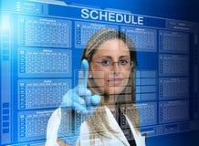 Doutor da mulher que usa uma relação virtual do tela táctil com um calen imagens de stock royalty free
