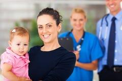 Doutor de bebê da mãe Fotos de Stock Royalty Free