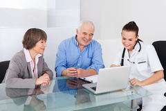 Doutor de consulta dos pares superiores Fotos de Stock