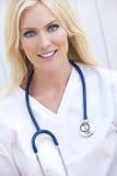 Doutor de hospital da mulher com estetoscópio Foto de Stock