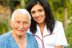 Doutor de inquietação com a mulher idosa doente ao ar livre Fotos de Stock