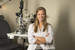 Doutor de olho fêmea no quarto de Examintaion Imagens de Stock Royalty Free